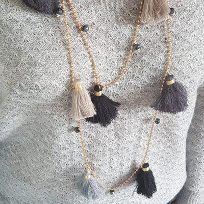 pull gris gaufré col V motif collier sautoir ponpons gris écru doré
